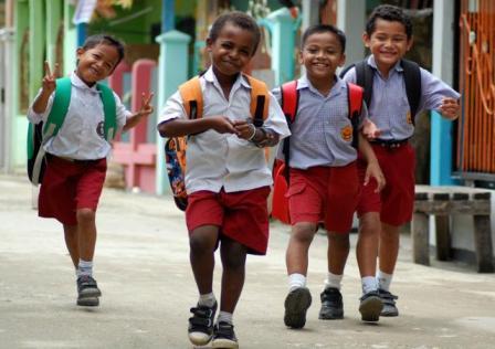 Anak-anak tidak hanya butuh guru, tapi juga butuh konselor. Foto diambil dari nisabollong.files.wordpress.com