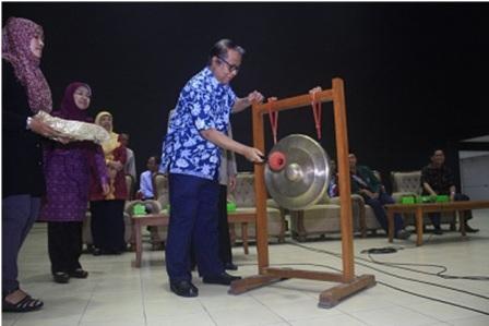 Musya Asy'arie membunyikan gong tanda pembukaan OPAK 2014, Kamis (21/08).